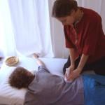 Massage avec pochons thaïs sur le dos