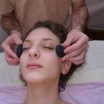 Massage du visage avec pierres